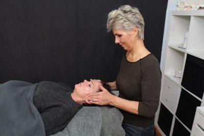 Lene Kryger og klient. Ansigtszoneterapi – Ansigts Refleksterapi Næstved. Lone Sørensen metode.