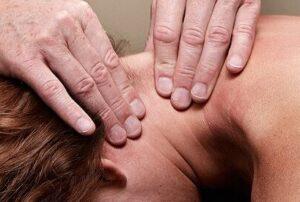 Lene Kryger masserer nakke. Naturli' Behandling Naestved.